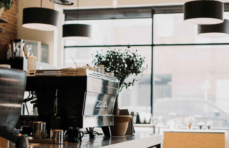 Machine à café Za Paris avec le logo à l'intérieur du restaurant