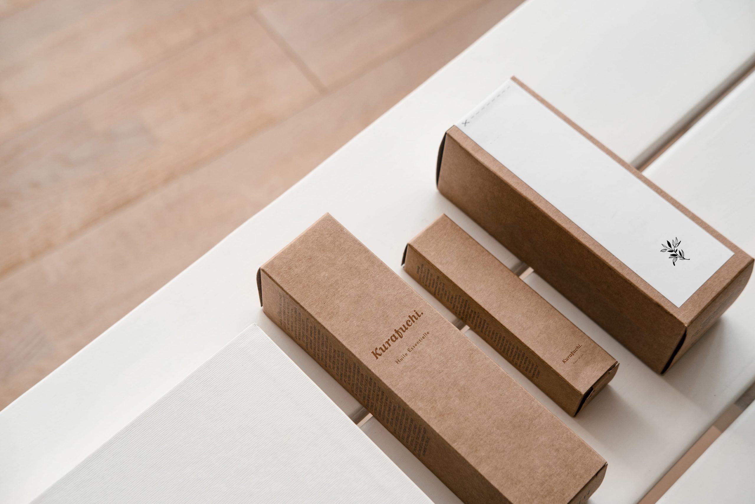 Packaging de la marque Kurafuchi en kraft blanc et marron