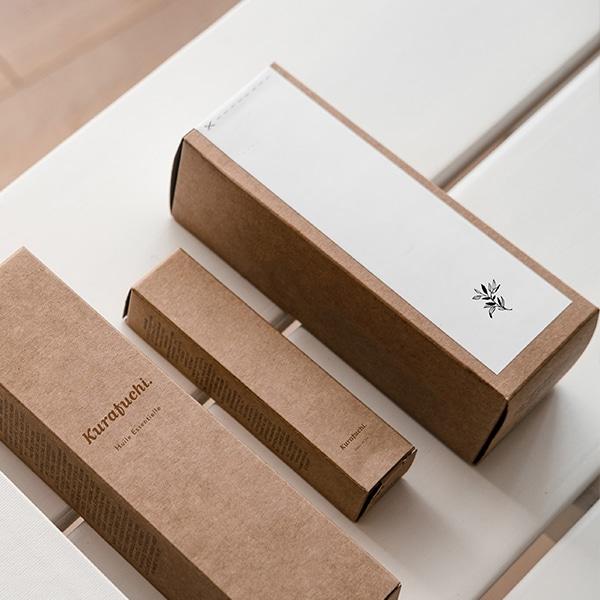 Packaging de la marque Kurafuchi en kraft et en blanc avec un zoom sur le détail de la fleur