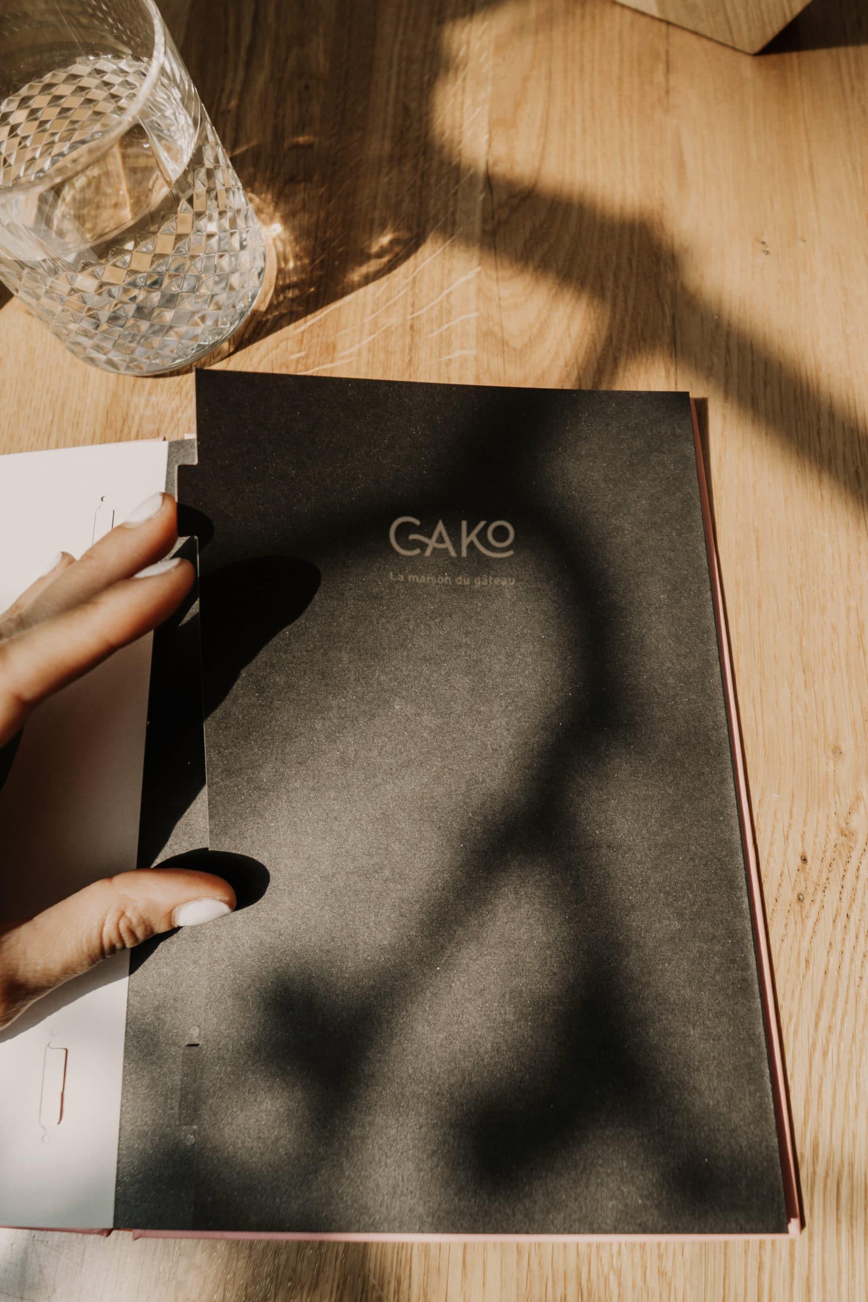 extérieur du menu de restaurant noir posé sur une table en bois