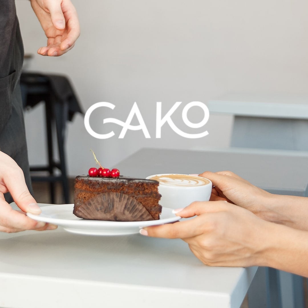 logo cako blanc sur une photo de l'intérieur du restaurant et un gâteau