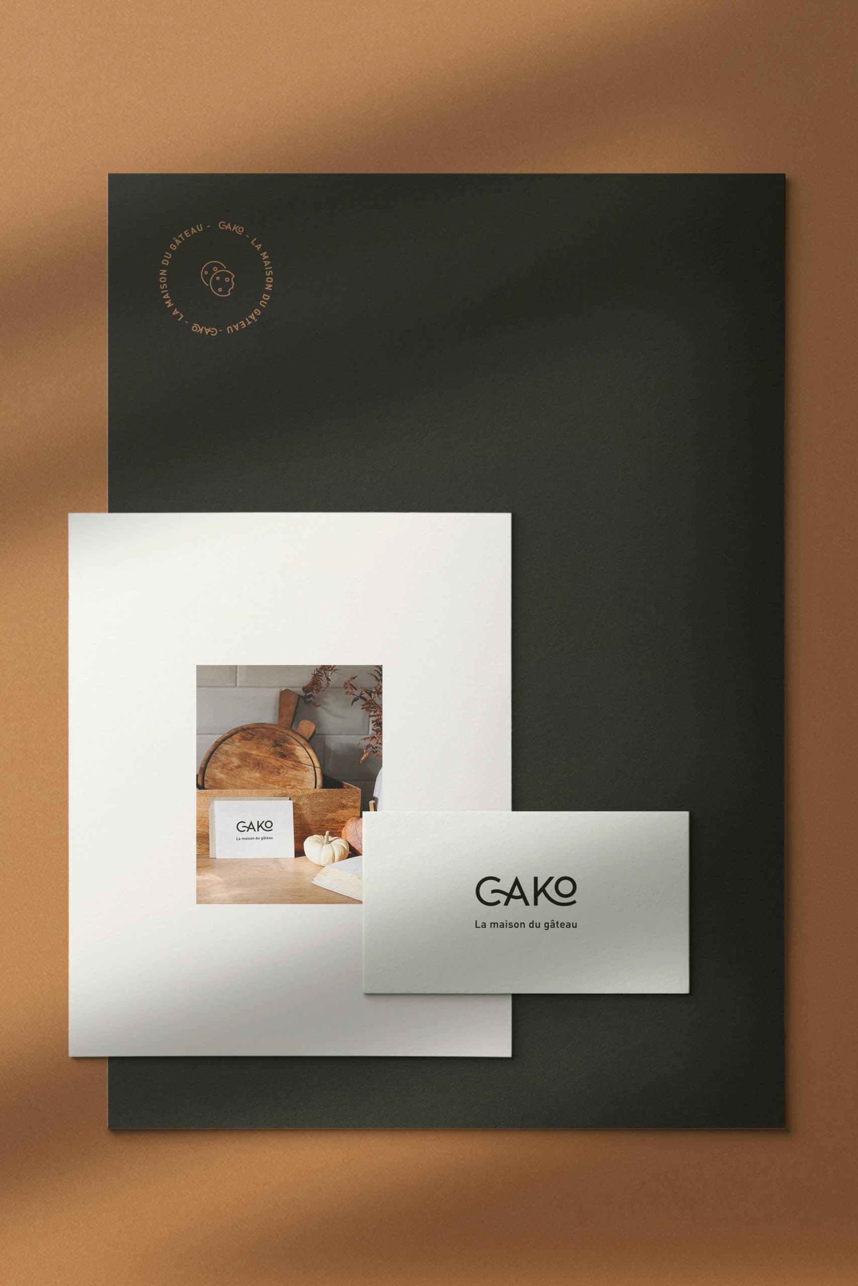 design de trois documents réalisé pour le restaurant cako posé sur un fond marron