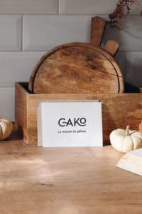 Carte de visite du magasin Cako posée sur un plan de travail
