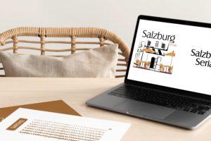 ordinateur posé sur un bureau en bois avec la landing page présentant la typographie Salzburg