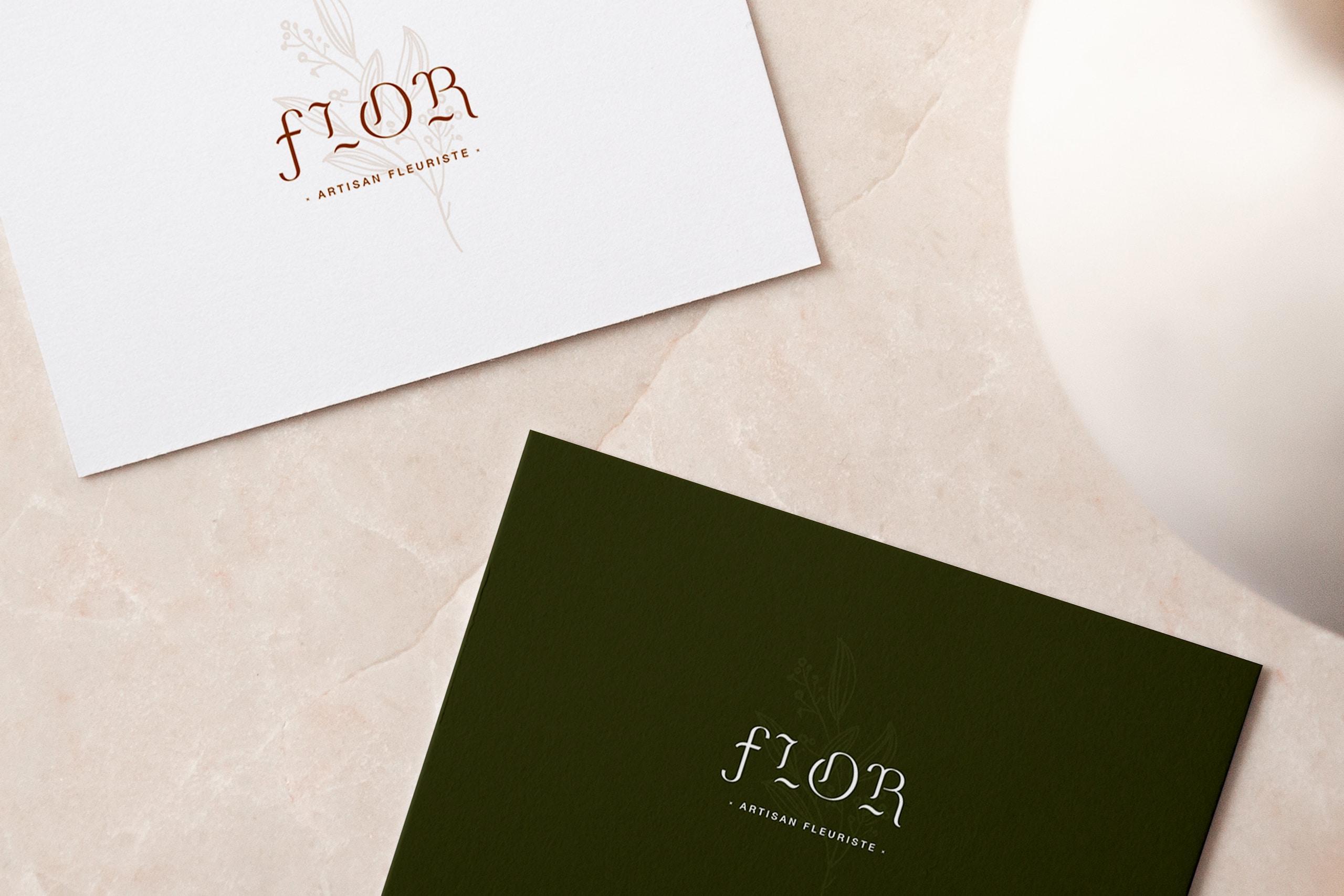 Visuel avec les deux cartes de visite du fleuriste Flor. Une carte est blanche avec le logo en beige et l'autre et verte avec le logo en blanc
