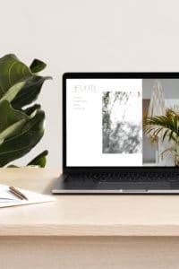 Ordinateur posé sur un bureau avec une plante a côté. À l'intérieur de l'ordinateur on retrouve la homepage du site internet Flor