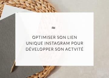 """Livres posés sur une table avec écrit dans un encart blanc le titre de l'article """"optimiser son lien unique instagram pour développer son activité"""""""