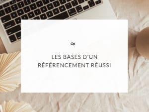 """Ordinateur posé sur une nappe de couleur beige avec écrit dans un encart blanc le titre de l'article """"Les bases d'un référencement réussi"""""""