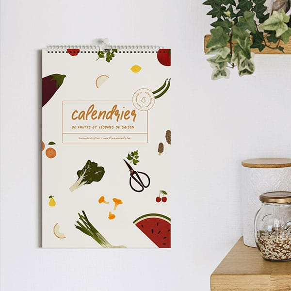 couverture générale du calendrier de fruits et légumes accrochée sur le mur d'une cuisine