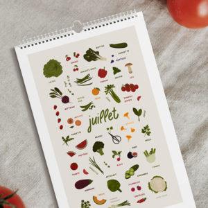 calendrier présentant une planche du mois de juillet posée sur une table avec des tomates