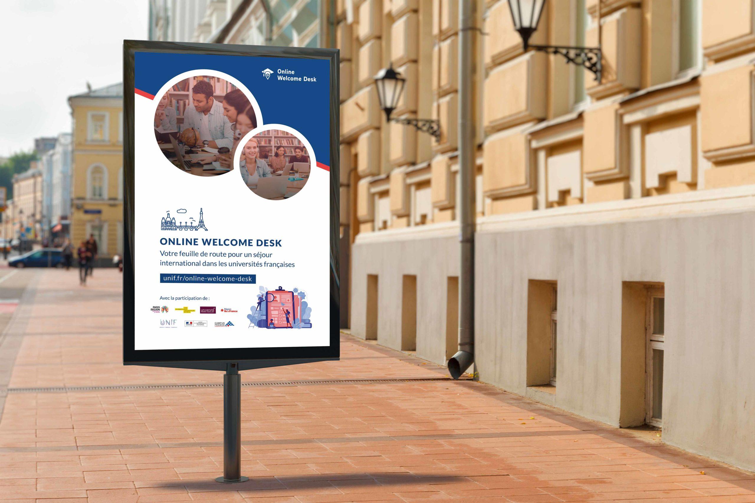 Panneau publicitaire avec une affiche de communication pour mettre en avant la plateforme Online Welcome Desk. Affiche avec des photos rondes et un bandeau bleu.