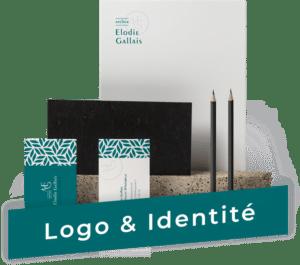 Identité visuelle avec des cartes de visite bleu et blanches ainsi que des crayons et deux feuilles A4 avec un univers graphique