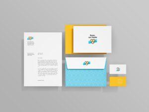 Ensemble des supports de communication de la ville. Une feuille A4 et sa mise en page à gauche, une enveloppe bleue et le logotype au milieu avec un encart A5 et les cartes de visite orange à droite