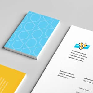Les cartes de visite bleu et orange de la ville avec un document A4 de la ville où l'on voit l'entête personnalisé à l'image de marque